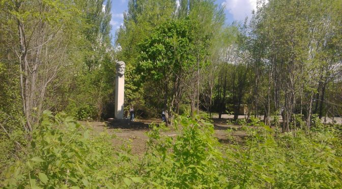 Убрали мусор у памятника Александру Масленникову